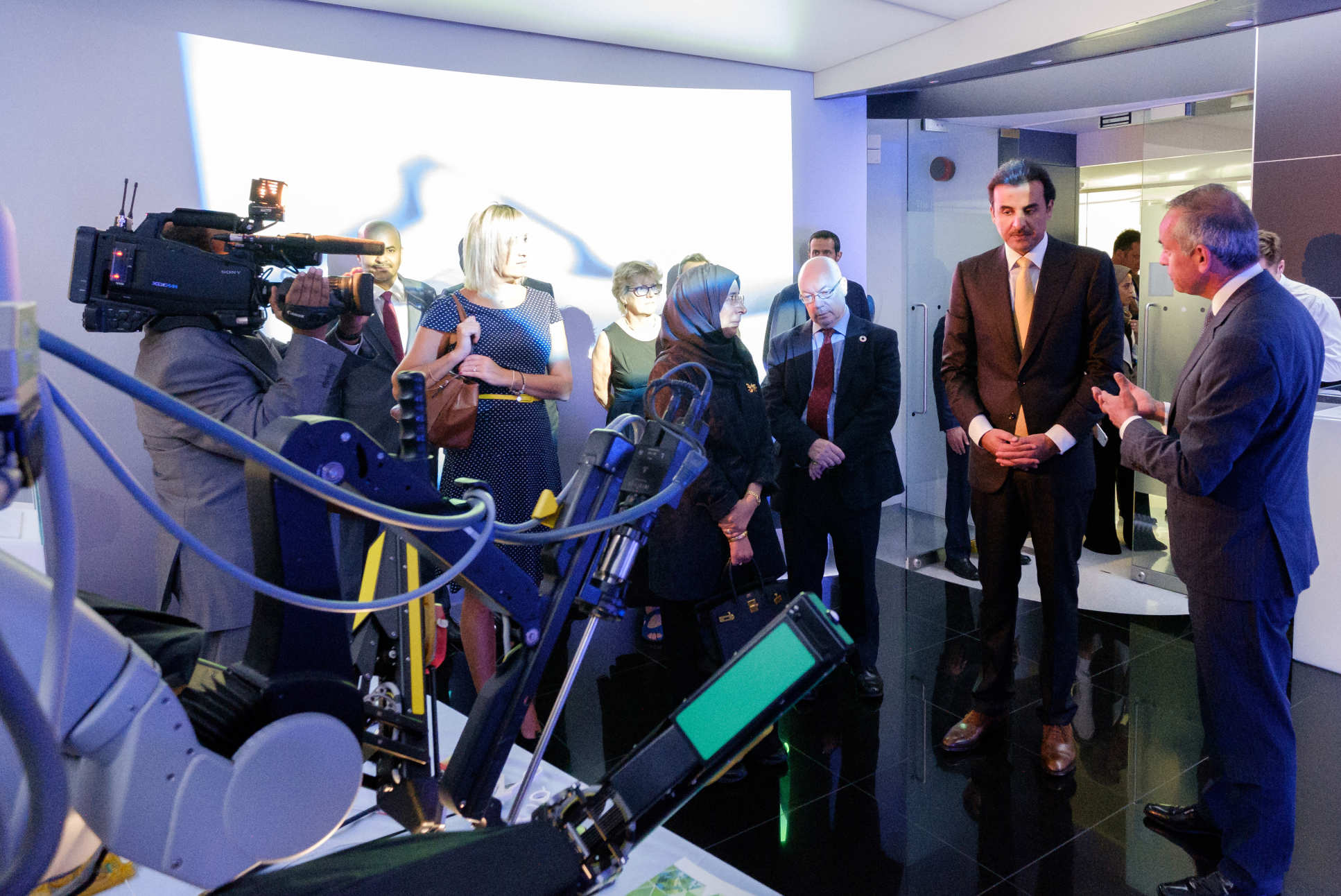The Amir of Qatar saw a demonstration of the Da Vinci surgical robot