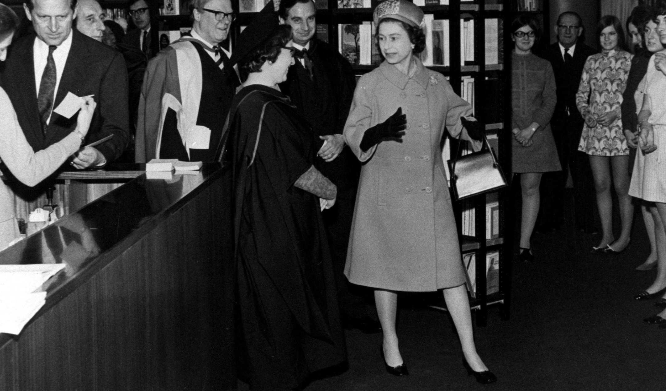 The Queen opens the Library