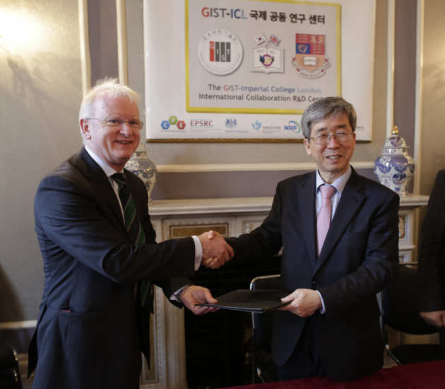 James Stirling and Seung Hyeon Moon sign GIST-Imperial MoU