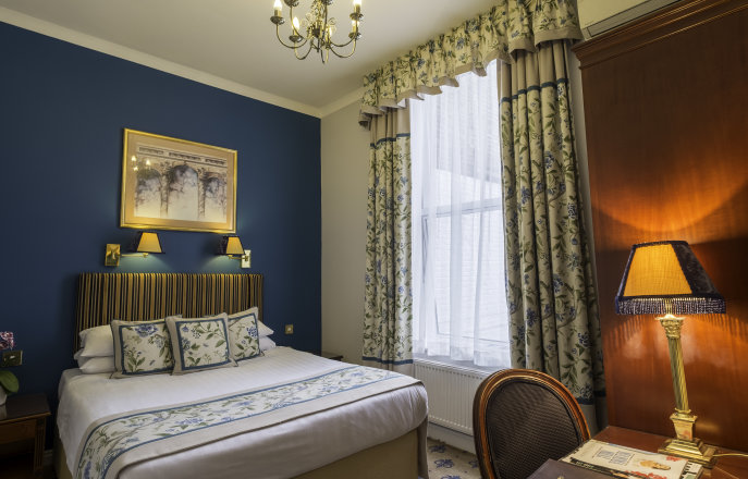 Double bedroom at London Lodge Hotel