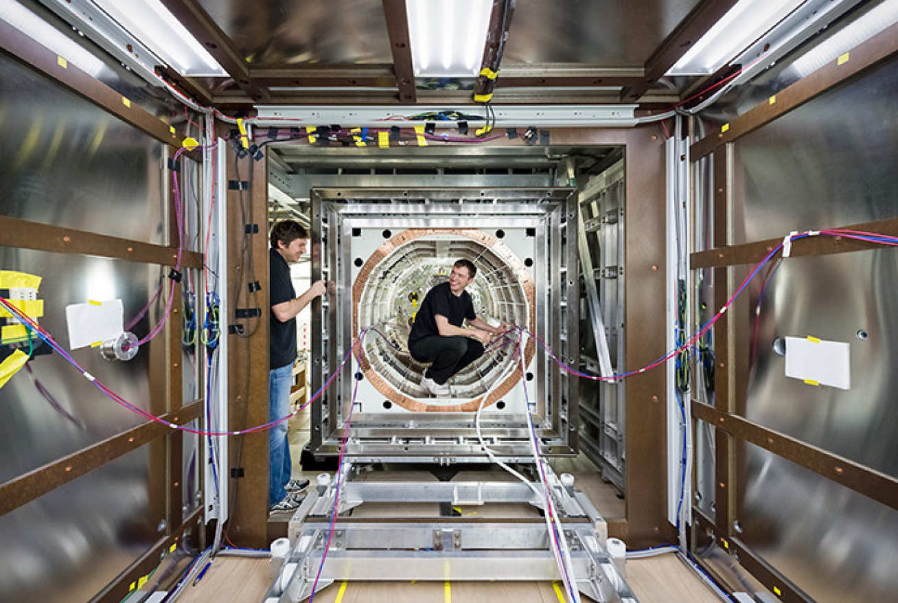 TUM physicists work on their magnetic shield (image: Astrid Eckert/TUM)