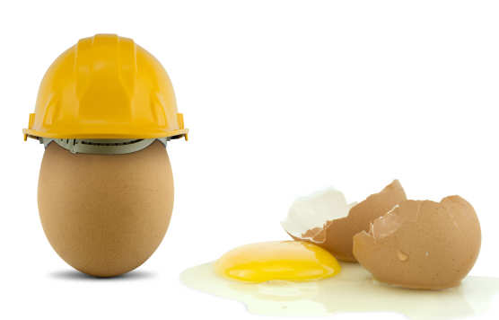 An egg with a safety helmet and a broken egg without a helmet