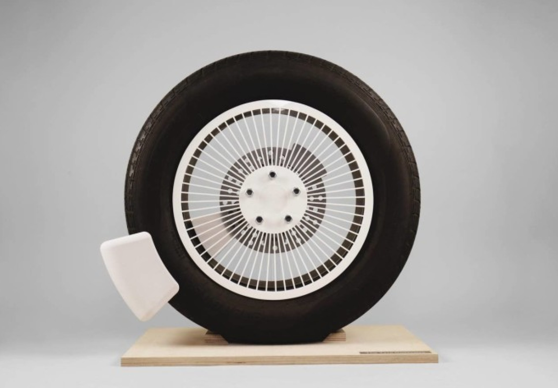 A device fitted to a tyre to collect emissions