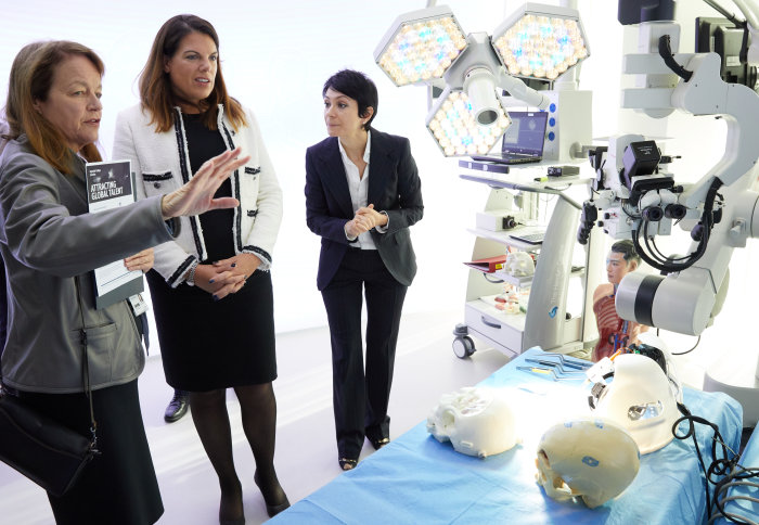 Minister and President Gast meet Imperial researchers