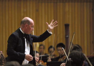 Richard Dickins conducting musicians