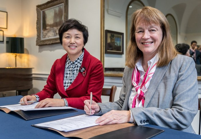 Professor Gast and Professor Chen sign fund agreement